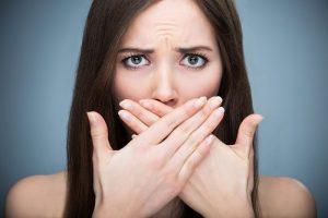 درمان بوی بد دهان با چاره های خانگی و کلینیکی