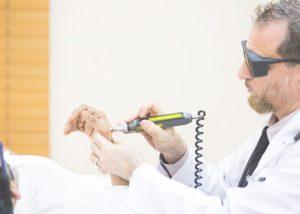 طب سوزنی لیزری چه مزایایی دارد؟