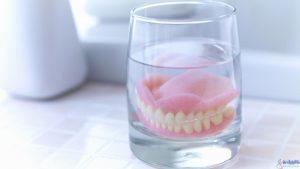 دندان مصنوعی در شب