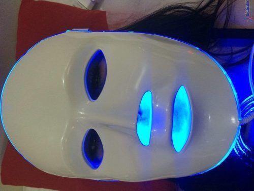 نور درمانی صورت با طیف رنگ آبی