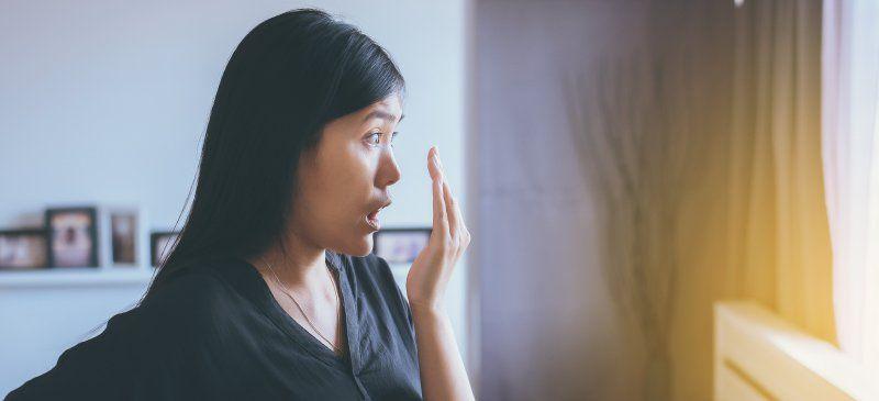 رفع تنفس بد بو یا بوی بد دهان با 6 چاره طبیعی